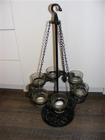 Zwart metalen kandelaar op voet voor kaarsen of theelichtjes