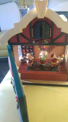 Kerstkleden/speelhuis/vaas/windlicht/kandelaars/raamvenster