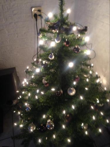 Kerstboom met ballen en lampjes