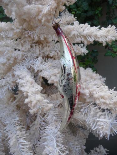 Antieke kerstbal. Glazen sleetse maan