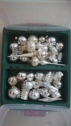 Kerstballen wit, zilver, goud, bruin, rood, kerstdecoratie.