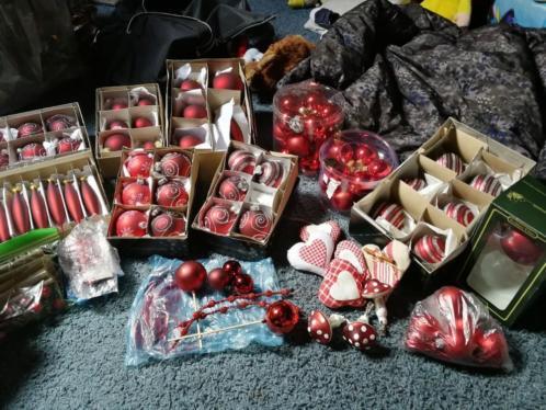 Rode kerstballen en decoratie