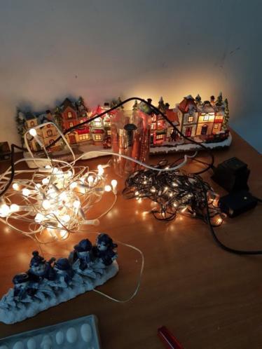 Partij kerstspullen. Buiten verlichting verlichte huisjes