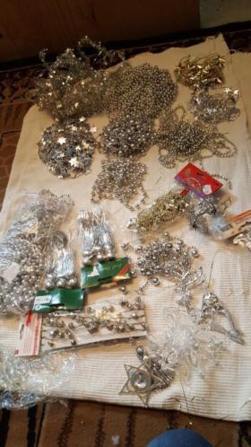 Veel zilverkleurige kerstversiering
