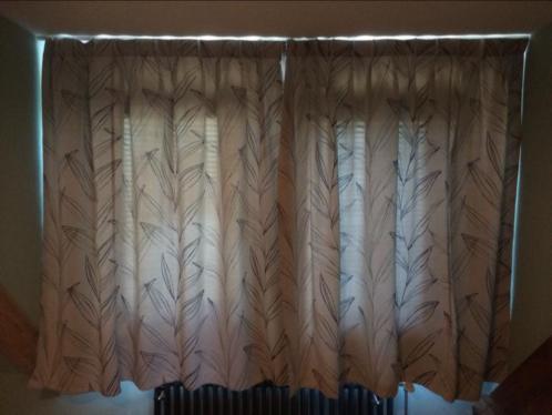 Lichtgrijze verduisterende gordijnen met bladprint