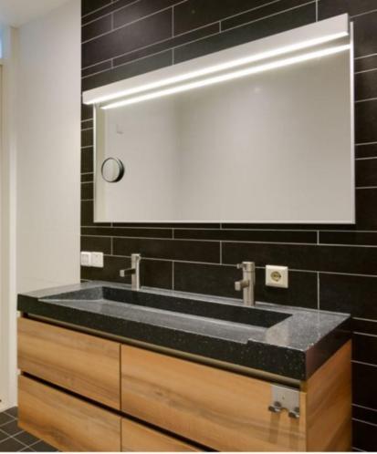 Badkamer meubel met verwarmde/verlichte spiegel 1 jaar oud