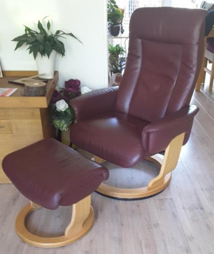 2 rood leren fauteuils met voetenbankje
